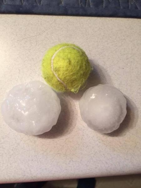 Grad wielkości piłek do tennisa