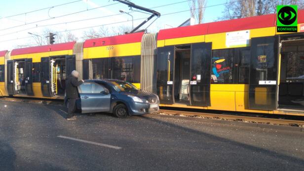 Zderzenie suzuki z tramwajem Internauta/ Kontakt24