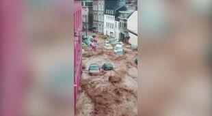 Zalana ulica i pływające samochody w belgisjkim mieście Dinant